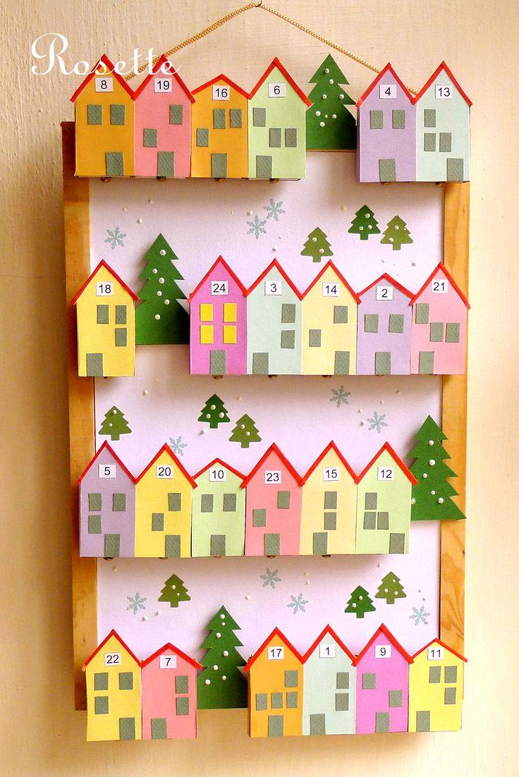 Do městečka přišly vánoce! - adventní kalendář Adventní kalendář jako městečko v zasněžené krajince... Na nástěnce je na dřevěných lištách nalepeno 24 domečků vytvořených z polepených krabiček od zápalek. Ve štítu domečků jsou jednotlivá čísla od 1 do 24. Krabičky mají dole kovovou úchytku pro snazší otevření a naplnění nějakou drobnou dobrotou. ...