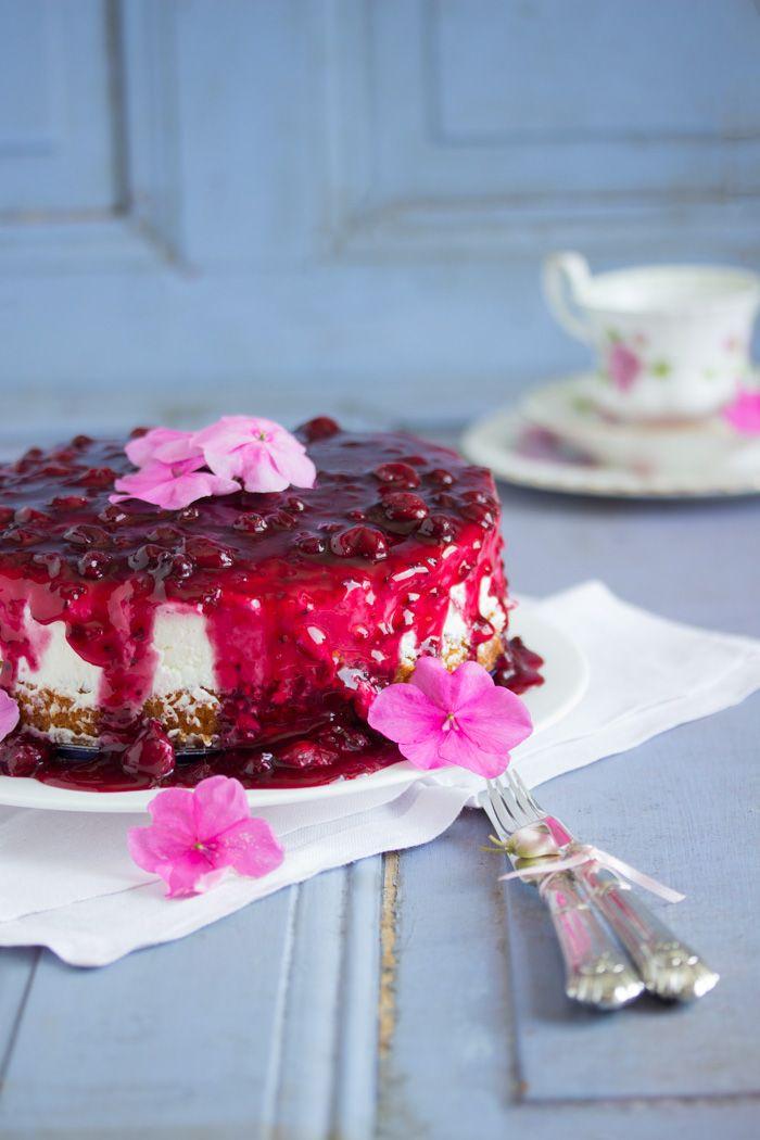 Eiskalt aus dem Kühlschrank genießt man diesen köstlich erfrischenden rote Grütze Kuchen. Bei dem wunderbaren Sommerwetter ein Knaller Törtchen für eine kleine Garten Soiree. Perfekt wenn die Mitta…