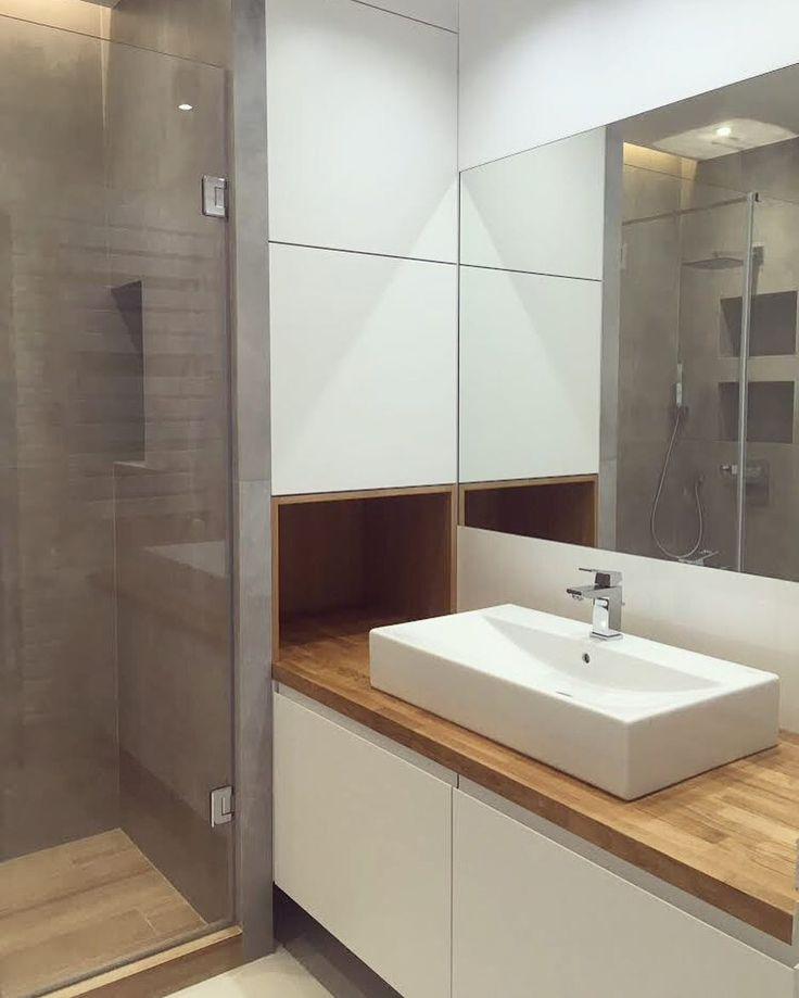szafka łazienkowa z dębowym blatem bathroom cabinet with oak top #szafka #cupboard #cabinet #łazienka #bathroom #biel #white #dąb #oak #top #drewno #wood #meble #nawymiar #furniture #stolarz #wnętrze #interior #remont #warszawa #warsaw