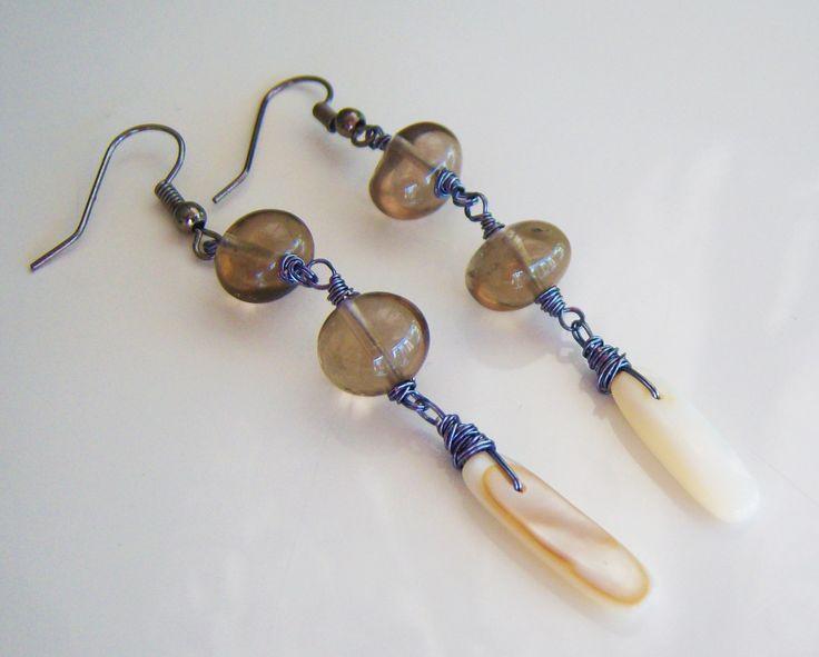 Boucles d'oreille avec des quartz fumées et nacre blanc : Boucles d'oreille par adrimag