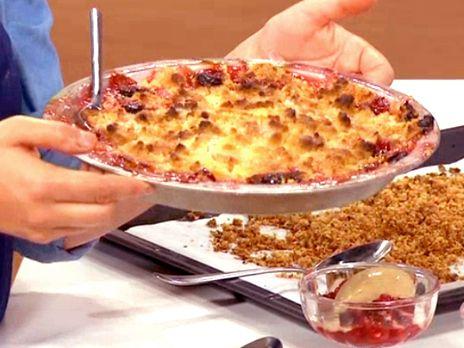 Säsongens nyplockade plommon i en god paj med knäckig smultopping.