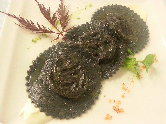 "Ravioli ""carbone"" con sorpresa di gamberone!!!"