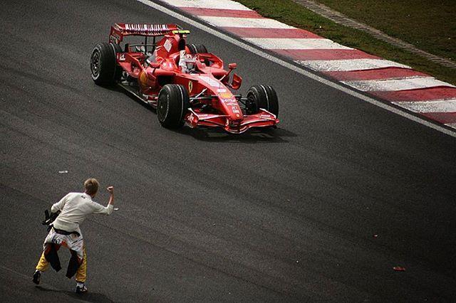 Heikki Kovalainen felicita a Kimi Raikkonen por la obtención del campeonato del mundo, al ganarle por un punto a Fernando Alonso y Lewis Hamilton.