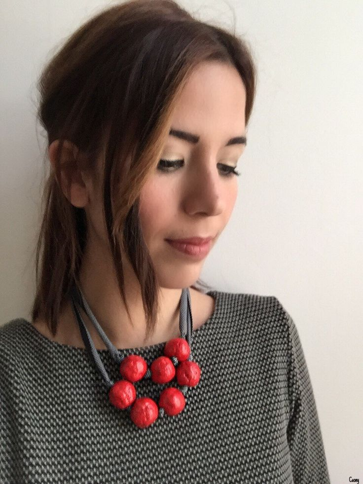 "Collana in carta pesta rossa e cordino in lycra nero grigio ""Papel"" essenziale minimal moderna di Cuony su Etsy https://www.etsy.com/it/listing/294565507/collana-in-carta-pesta-rossa-e-cordino"