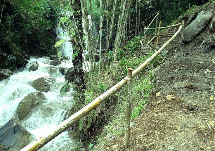 Grojogan Sewu diperbaiki akses jalan tanahnya sekitar bulan Maret 2014. Air terjuan yang menawan di Girimulyo berdekatan dengan Watu Blencong, Goa Kiskendo dan lain lain