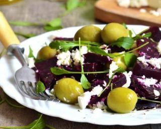 Salade de betteraves au fromage de chèvre et aux olives : http://www.fourchette-et-bikini.fr/recettes/recettes-minceur/salade-de-betteraves-au-fromage-de-chevre-et-aux-olives.html