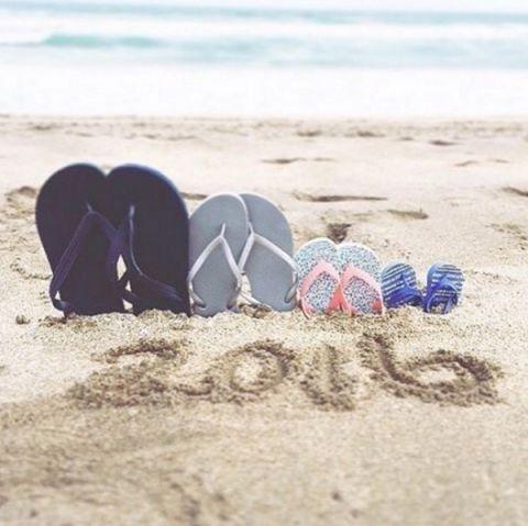 beach-flip-flop-pregnancy-announcement