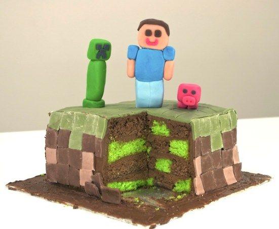 Après le gâteau Mario, voici le gâteau Minecraft, un jeu vidéo très populaire et dont l'univers est totalement pixelisé. J'ai réalisé un gâteau-damier carré que j'ai recouvert d'une mosaïque de pâte à sucre pour former un bloc d'herbe en pixels. J'ai ajouté des personnages: un joueur, un cochon et un creeper. Gros succès auprès des plus jeunes