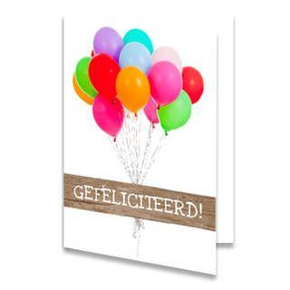 Een verjaardagskaart voor een kind met gekleurde ballonnen. Onderaan loopt een balk van hout waarop ''GEFELICITEERD'' staat geschreven in witte letters. De binnenkant van deze verjaardagskaart is helemaal wit, daar kun je zelf nog teksten en foto's of allerlei leuke afbeeldingen aan toevoegen.