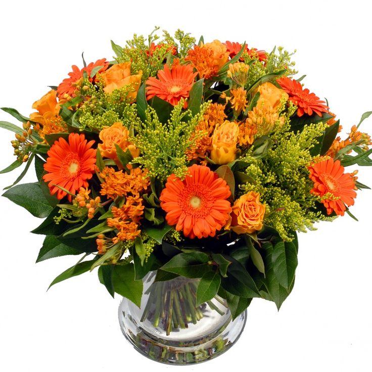 Een bos bloemen op tafel