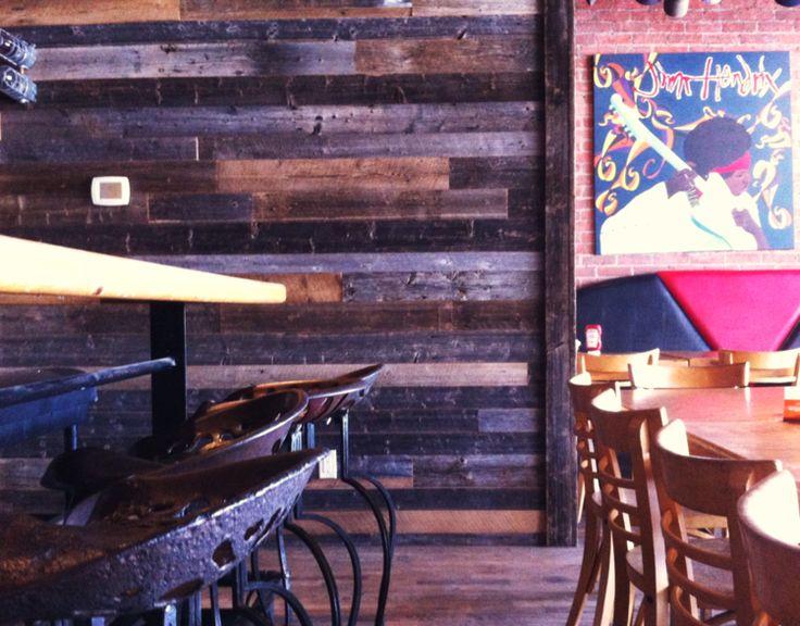 Mur de bois de grange à l'intérieur d'un restaurant. www.espace-bois.ca