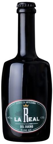 LA REAL BLONDE / BLOND ALE Es una cerveza de alta fermentación de origen belga, que se desarrolla a principios del siglo XX a partir de las Pale Ale británicas. Es muy conocida en Europa y América del Sur. De color rubio pálido, transparente y seca, con poco amargor y aromas de lúpulo, muestra algo de dulzor de la malta. Su cuerpo ligero es debido a la carbonatación y presenta una espuma blanca, fina y persistente. ºP 12. / 5% Vol. AUTOR: Renato Carro. http://www.rqrcom.com/larealweb/
