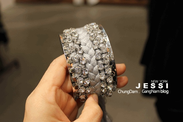 THIS IS BRACLELET MADE FROM KOREA FASHION BRAND