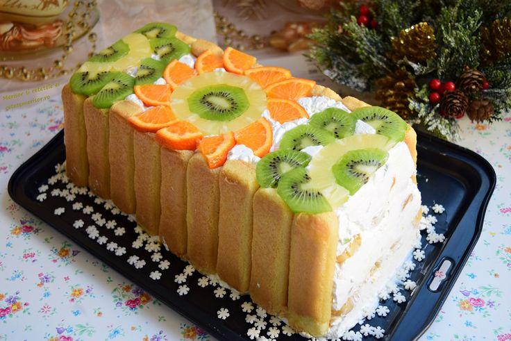 Este asemănător cu diplomatul, dar mult mai ușor și mai simplu, acest minunat și delicios tort răcoros cu cremă de iaurt și fructe.