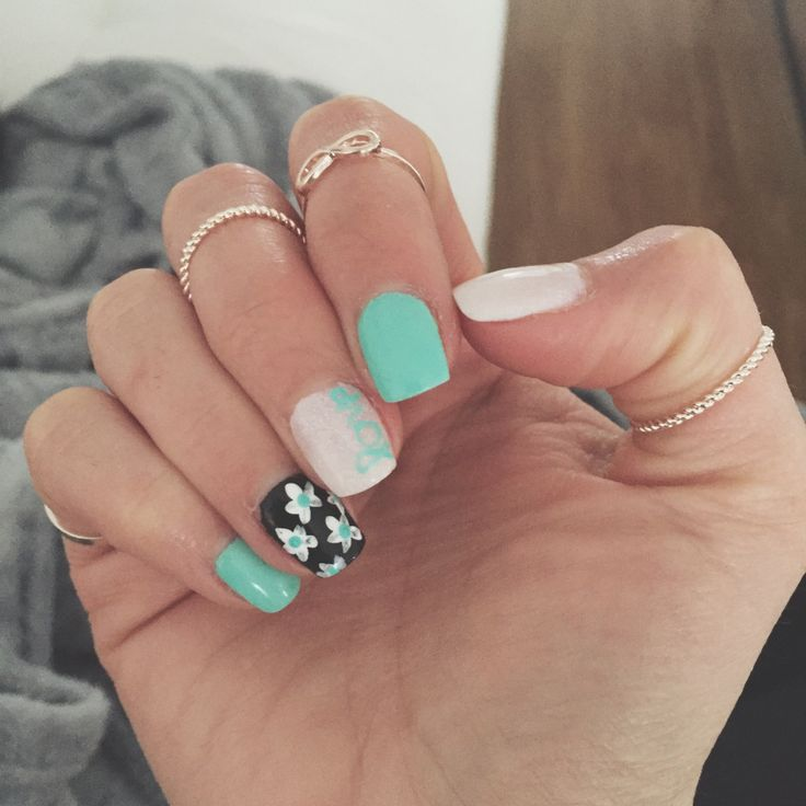 Spring's coming !!! #nailart #nail #spring #colorful #turquoise #ongle #fleuri #floral #white #black #noiretblanc #rings #gold #jewelry #feminin #bow #love