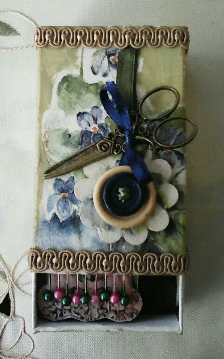 Στολισμένο σετακι με κουμπιά πάνω σε ξύλινο λουλουδι 💛