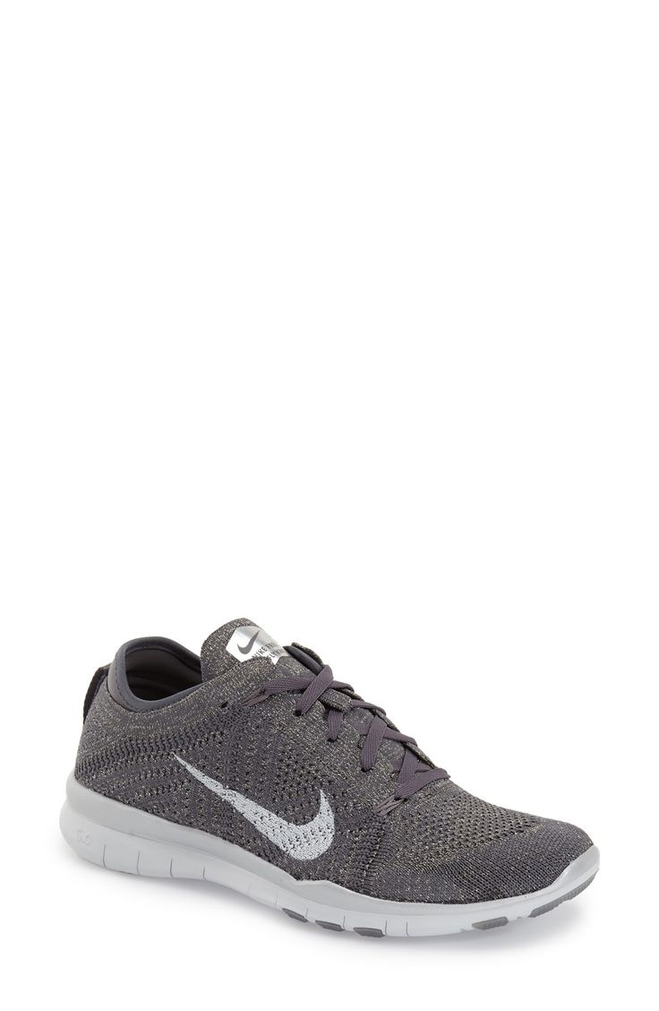 These cool and trendy Nike training shoes in grey make it easy to look cute while on a run.