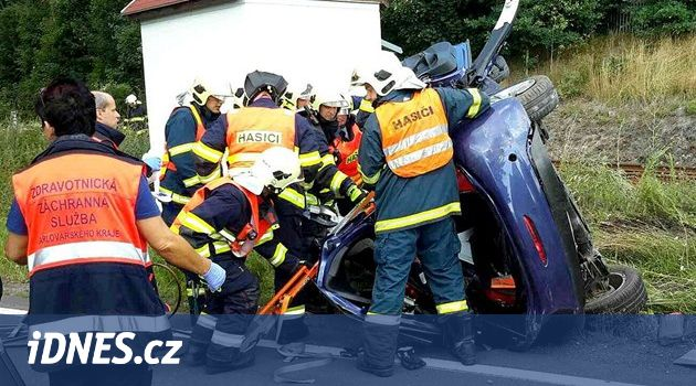 Náraz vlaku zraněnou ženu uvěznil v autě, vrtulník ji odvezl do Německa