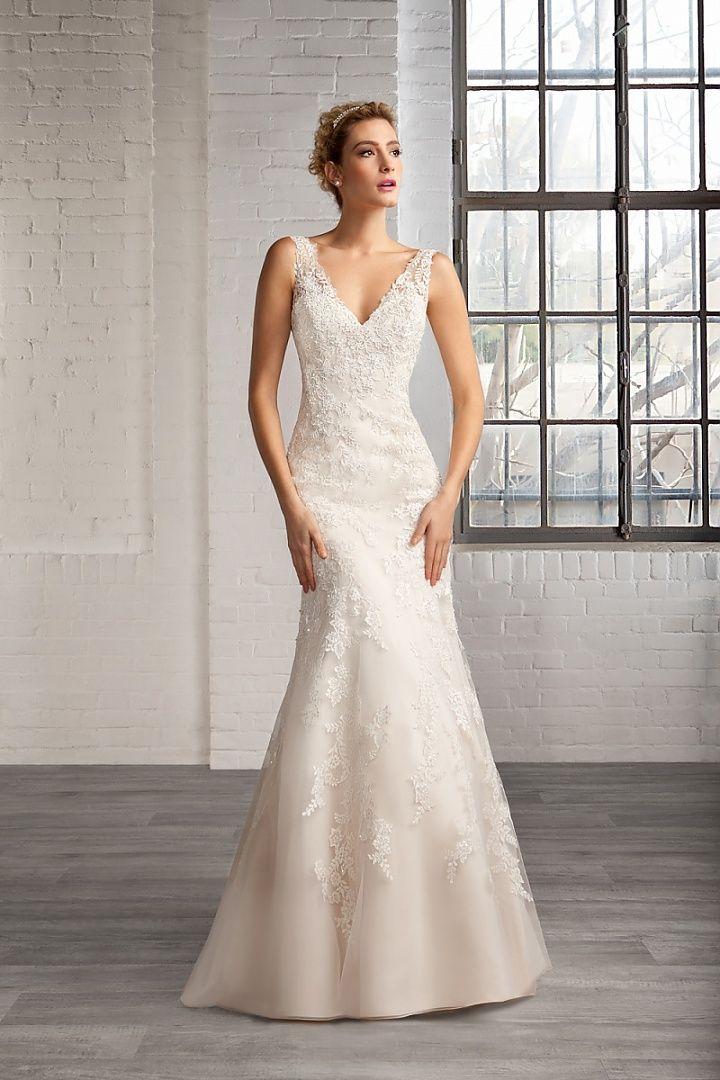 7751, collectie 2016 Heel modern is deze strapless fishtail trouwjurk met een V-vormige halslijn. Wat de jurk een extra luxe tintje geeft zijn de schouderbanden van een luxe kant die op het rugpand in een V-vorm zijn geknipt. Simpel en mooi de uitwaaierende rok die versierd is met kantapplicaties. #schouderbandjes #kant #alijn #koonings