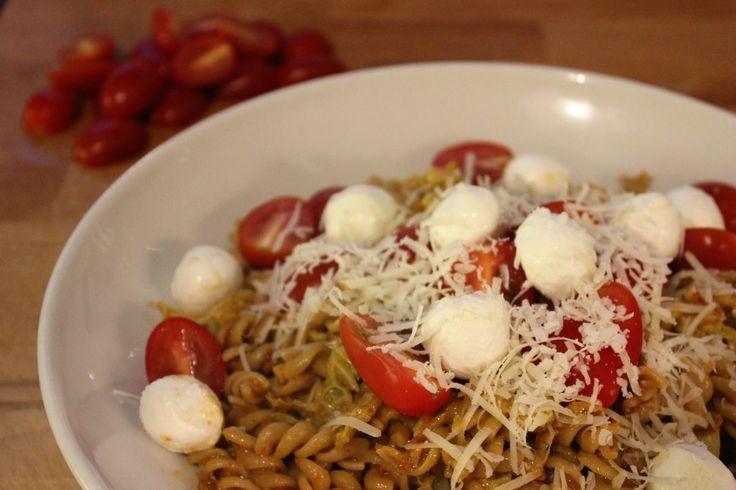 pasta-met-rode-pesto-groene-kool-en-kerstomaten-1