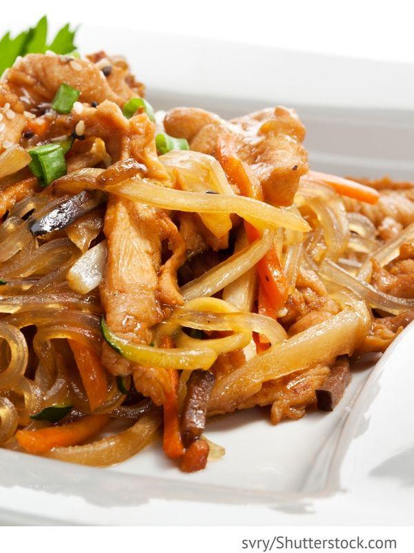 Wokpfanne mit Fleisch und Reisnudeln Glasnudeln mit Schweinefleisch und Gemüse - Chinesische Rezepte