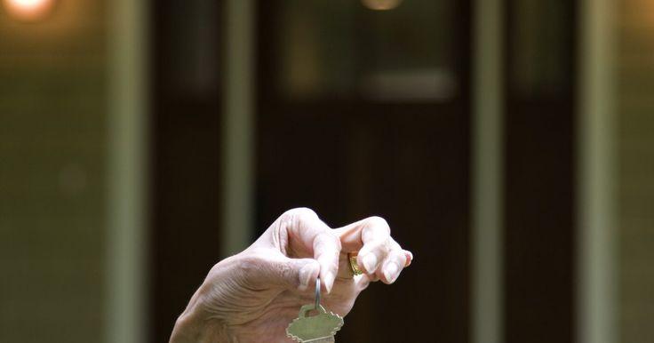¿Qué son los conflictos de desarrollo de identidad?. Los conflictos de desarrollo de identidad son problemas asociados con la definición de la identidad de una persona. Pueden ser consecuencia de los efectos de los estereotipos, el racismo o perfiles étnicos, género o los valores, las creencias y conceptos que una persona elige para definirse a sí misma. Los conflictos interrumpen el desarrollo de ...