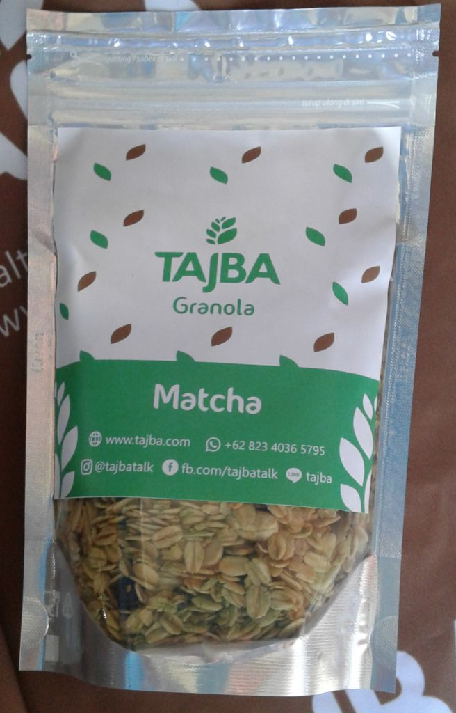 Tajba Granola Matcha Medium  Camilan Oats Sehat Denpasar Bali  Granola adalah salah satu pilihan tepat untuk sarapan sehat bagi Anda yang super sibuk. Granola terdiri dari rolled oat biji-bijian kacang-kacangan buah-buahan kering dan madu.  Sehingga granola mengandung serat yang tinggi mengandung lemak sehat dan juga mengandung vitamin dan mineral penting untuk tubuh.  Tajba Granola Matcha terbuat dari bahan-bahan pilihan dan berkualitas. Tersedia dalam kemasan pouch.  Bahan-bahan:  Gandum…