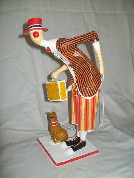Escultura em papel de palhaço com cachorrinho, esperando. R$ 120,00