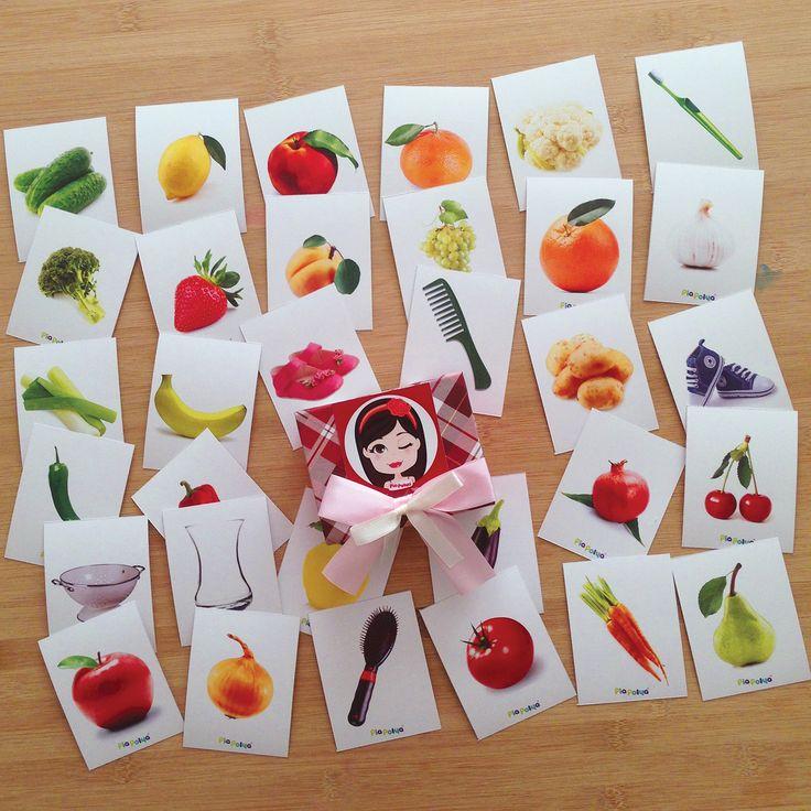 Pia Polya Meyve, Sebze ve Nesneleri Gerçeği ile Eşleştir, Dil Gelişimi için İsimlerini Tekrar Et Oyunu 12ay ve 36ay çocuklar içindir.  Kartları ve kartlarda gördüğünüz meyvenin, sebzenin ve nesnenin gerçeğini diziniz. Çocuğunuzdan gerçek ürün ile fotoğrafını eşleştirmesini isteyiniz. Oynarken meyvenin, sebzenin ve nesnenin isimlerini söyleyip hakkında sohbet ediniz.  A3