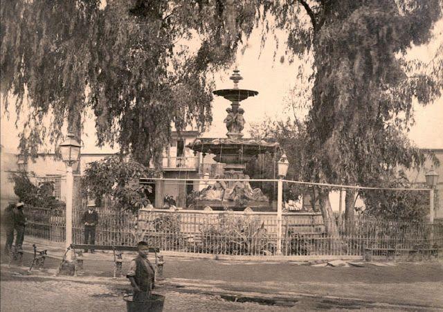 A comienzos del 1900, la comuna de Tacna pertenecía a Chile, como consecuencia de la Guerra del Pacífico, en que Chile expandió su fronteras anexando territorios de Perú y Bolivia.   Con el Tratado con Perú en 1929, Tacna vuelve a la juridiscción de esa nación.   Estas fotografías datan entre los años 1880, a comienzos de la ocupación chilena, hasta 1910 aproximadamente.