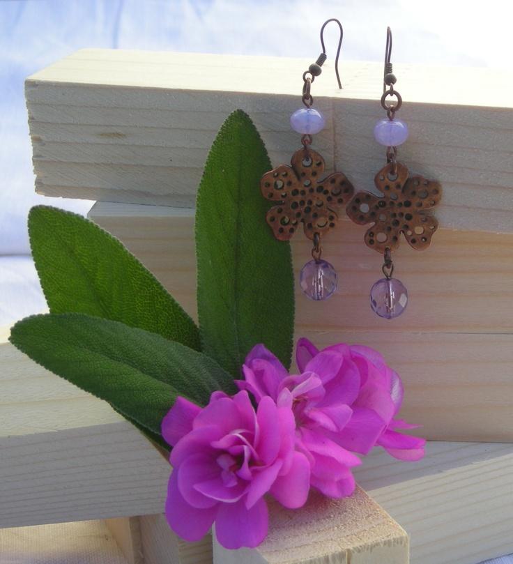 FIORI DI LILLA' - Un semplice paio di orecchini pendenti realizzati con minuteria color bronzo, cipollotti effetto opale e mezzi cristalli ametista