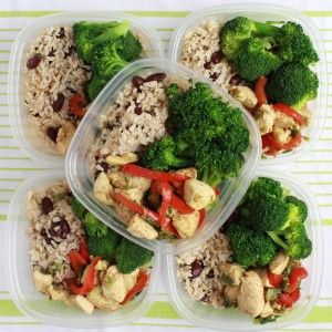 Here is some more meal prep inspiration! We've prepared a rice and kidneys dish along with steamed broccoli and a quick and tasty sauteed chicken breast.