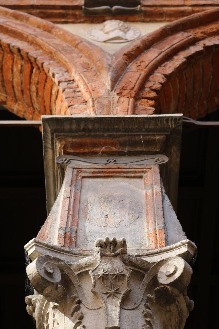MILANO centro, appartamento ultimo piano Palazzo Pozzobonelli Isimbardi, Duomo, particolare del cortile storico del Bramante; phone +39 02 95335138; info@casaestyle.it; www.casaestyle.it