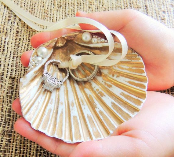 ビーチでのウェディングに使いたい♡人魚の持ち物みたいな貝殻のリングピローをあつめましたにて紹介している画像
