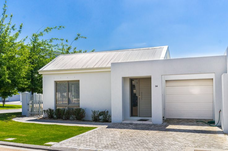 This Paarl house is found on an esteemed security estate found near the heart of Paarl and is within walking distance to most amenities and Paarl Gimnasium High School.