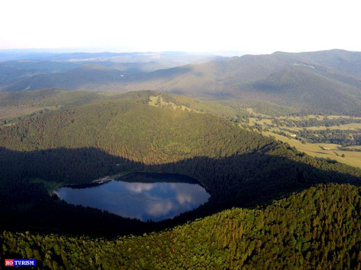 Lacul Sfanta Ana, singurul lac de origine vulcnica din Europa Centrala, se afla la o altitudine de 950 m, pe teritoriul Rezervatiei Naturale Mohos, judetul Harghita.