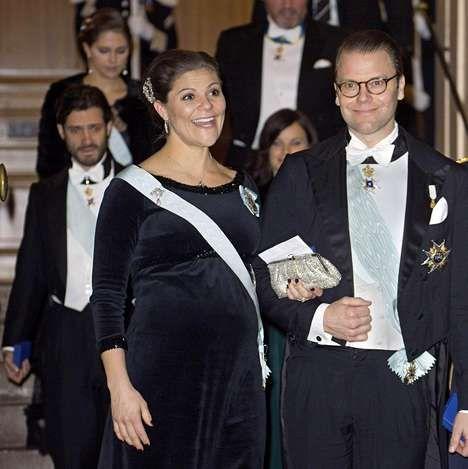 Ruotsin Akatemian viralliseen kokoontumiseen joulukuun 20. päivä Victoria oli valinnut mustaa samettia. Pääntietä, hihansuita ja empirelinjan leikkausta rintojen alla koristivat paljetit ja asun kruunasi kimalteleva strassilaukku.