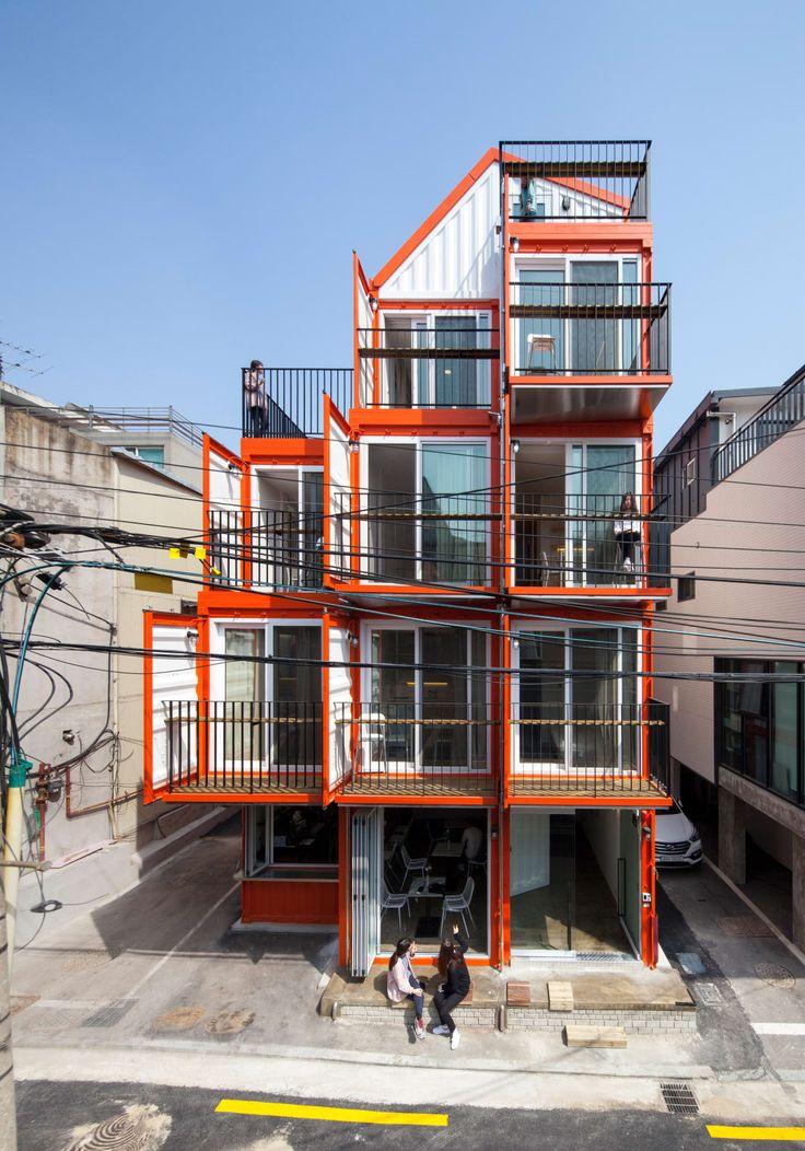한국의 건축가 DESIGN GUILD가 디자인한 사진 속 컨테이너 하우스는 단숨에 우리의 시선을 사로잡는다. 오렌지 컬러 외관으로 인해 오렌지 큐브라 칭해지는 이 컨테이너 하우스는 지하 1층, 지상 4층 그리고 다락방으로 구성되었다. 최근 교외에 지어지고 있는 컨테이너 주택과 달리, 이 컨테이너 하우스는 주거 공간과 비지니스 오피스 그리고 상업 공간을 함께 갖춘 복합 공간으로 쓰인다. 그리고 높은 천장으로 실내를 답답하지 않게 구성하기 위해, 건축가 DESIGN GUILD는 스탠다드 형태의 20ft 컨테이너가 아닌, 높이 2.9m의 high cubic을 중국에 주문 제작을 의뢰하여, 이 컨테이너 하우스를 완성하였다.