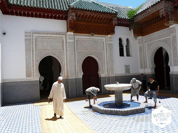 Het dorpje Moulay Idriss neemt een hele berg in beslag. Even buiten het dorp zijn warmwaterbronnen en in het dorp kan je klimmen naar terrassen met een fantastisch uitzicht, het mausoleum bezichtigen of plaatsnemen op het terras van een restaurant en zien hoe het dagelijkse leven aan je voorbij trekt. #Marokko #Morocco #Moulayidriss #mausoleum #Meknes #MoulayIsmail