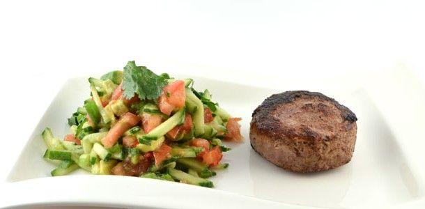 Dit ossenhaas met tomaten komkommer salsa recept behoort zeker tot de gezonde recepten. Mooi klein stukje vlees met lekker veel verse groente. Top recept!