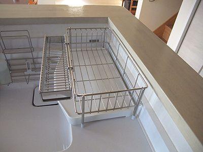 新しい好旨庵の台所はTOTOのごく一般的なシステムキッチンです。ワークトップは広いのですが、シンクを挟んだ反対側は幅20cmしかないスペース。でも動線を考えるとここに水切りかごを置きたいのです。食洗機はビルトインされているので、うまくまわせ