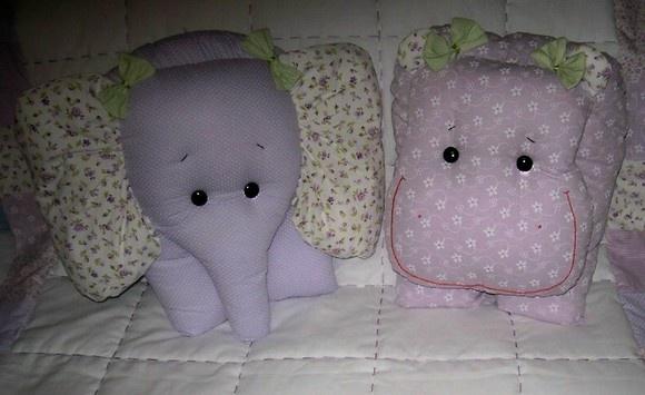 Almofadas em algodão com formato de bichos. Fazem o maior sucesso com crianças e adultos! Você pode encomendar uma só ou quantas quiser! Várias cores e padrões