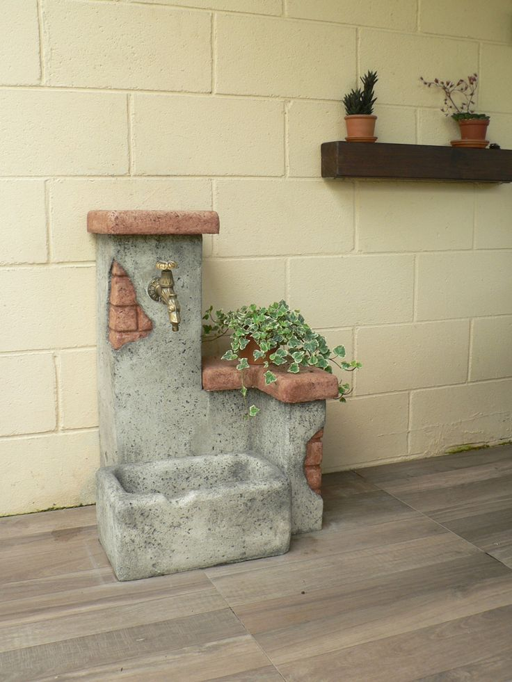 Fontanella da giardino mod. Fonte del casale easy, colore: antichizzato. Località: Bulgarograsso (Como).