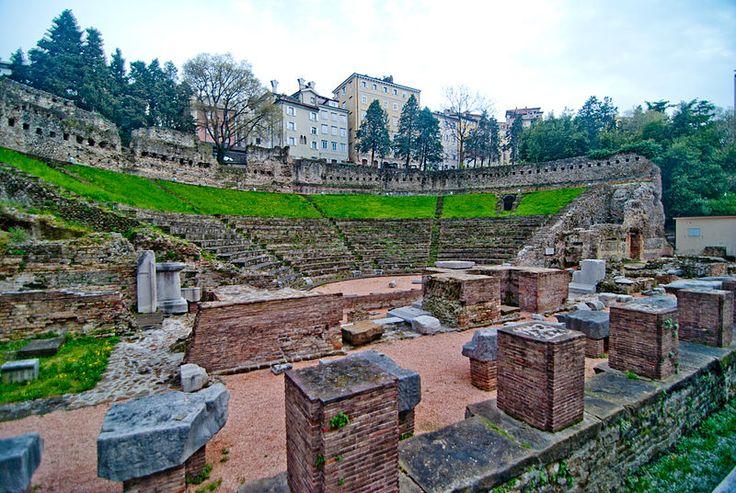 Il teatro romano di #Trieste risale al I-II secolo d.C., e all'epoca della sua costruzione si trovava fuori dalle mura ed in riva al mare, che a quel tempo giungeva sino in quella zona. Sulle sue gradinate, potevano venir ospitati circa 6.000 spettatori. Probabilmente fu costruito per volere del triestino Quinto Petronio Modesto, procuratore dell'imperatore Traiano, citato in diverse iscrizioni. Nei secoli venne poi nascosto dalle case che vi sorsero sopra.