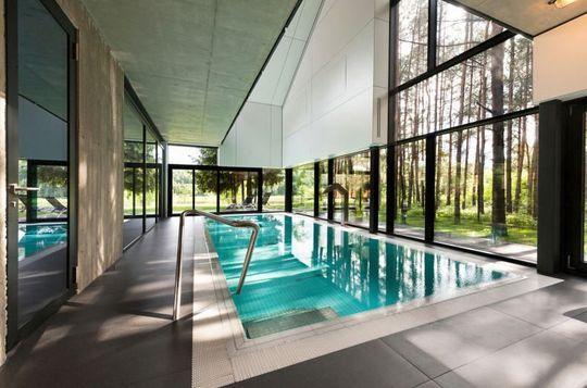 Une piscine couverte dans les bois - 25 piscines modernes pour maison contemporaine - CôtéMaison.fr