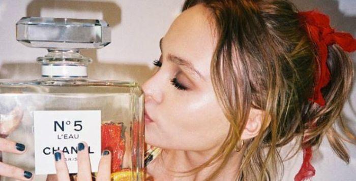 De 16-jarige dochter van Johnny Depp en Vanessa Paradis heeft al een carrière als actrice, maar maakt stilaan ook furore in de modewereld.   http://nl.metrotime.be/2016/05/24/must-read/lily-rose-depp-siert-nieuwe-campagne-van-chanel/