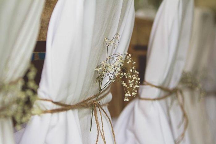 comment décorer les chaises de mariage avec un voilage blanc et fleurs