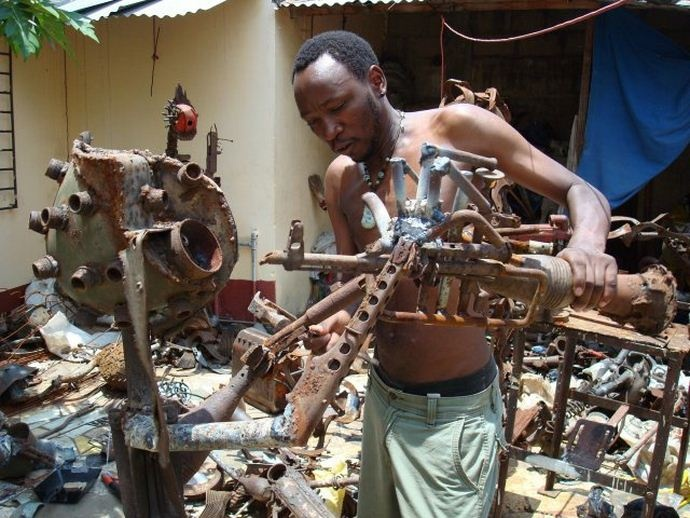 Gonçalo Mabunda, mozambican artist who turns weapons of war into WORKS of ART