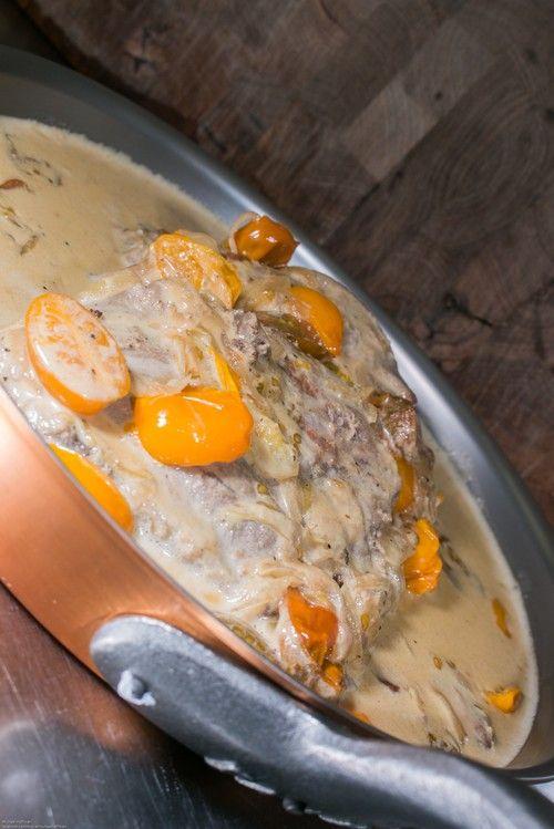 Fläskkarré på ben i senapssås med karamelliserad lök och tomat