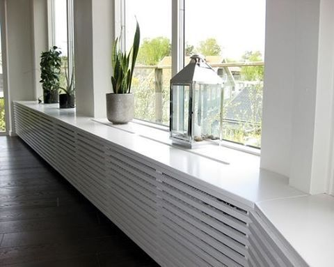 Veel woningen hebben vaak niet de mooiste radiatoren onder de ramen.. Kies voor een moderne ombouw waarop je ook leuke woonaccessoires kunt plaatsen! [ via panelstugan] #interieurinspiratie #interiordesign #interieur #interior #living #window